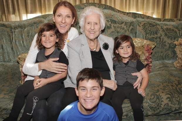Les petits derniers d'une famille très uniePour marquer la fête des mères en 2015, les enfants, Céline Dion ainsi que sa maman Thérèse ont posé pour un joli portrait de famille.