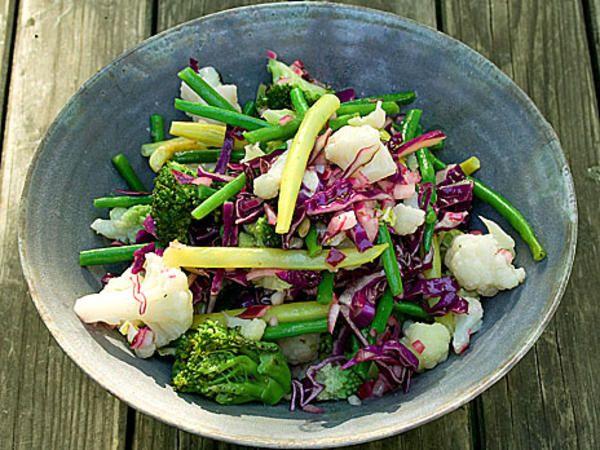 Bönsallad med blomkål och broccoli