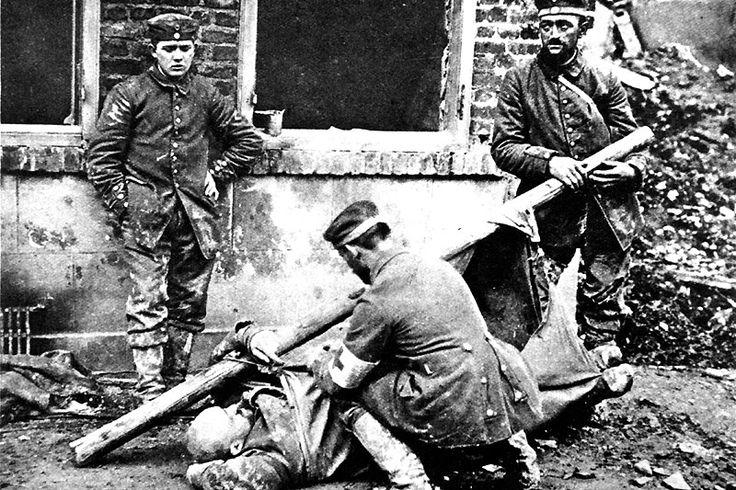France, soldat allemand blessé. Le nombre de morts et de blessés parmi les soldats durant la première guerre mondiale est considérable, des millions d'entre eux ont été tués ou blessés dans ce qui est souvent décrit comme une véritable boucherie humaine.