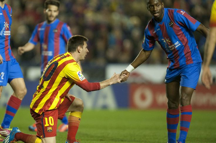 FC Barcelona, Pape Diop ayuda a levantar a Messi.   Levante 1-1 FC Barcelona. [19.01.14]