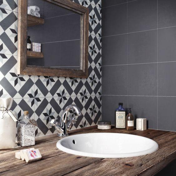 Face à ce mobilier sobre, les carreaux de ciment apportent une touche singulière et graphique à la salle de bain.