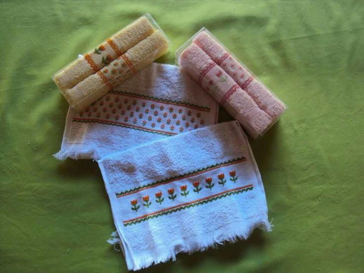 Tres juegos de 2 toallas cada uno en bordadas en punto cruz en blanco con flores naranjas, salmón con flores salmón y amarilla con flores naranjas