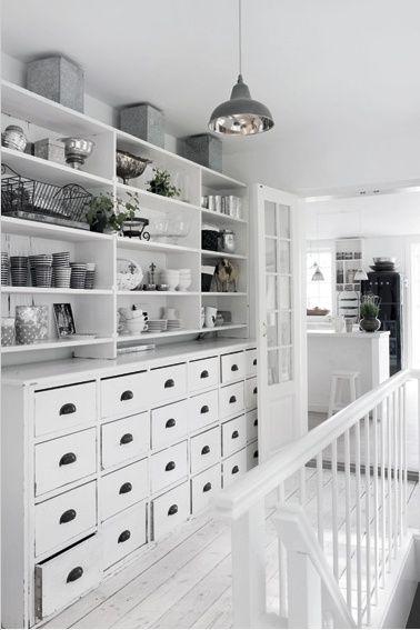 Grote witte keukenkast met veel laden.