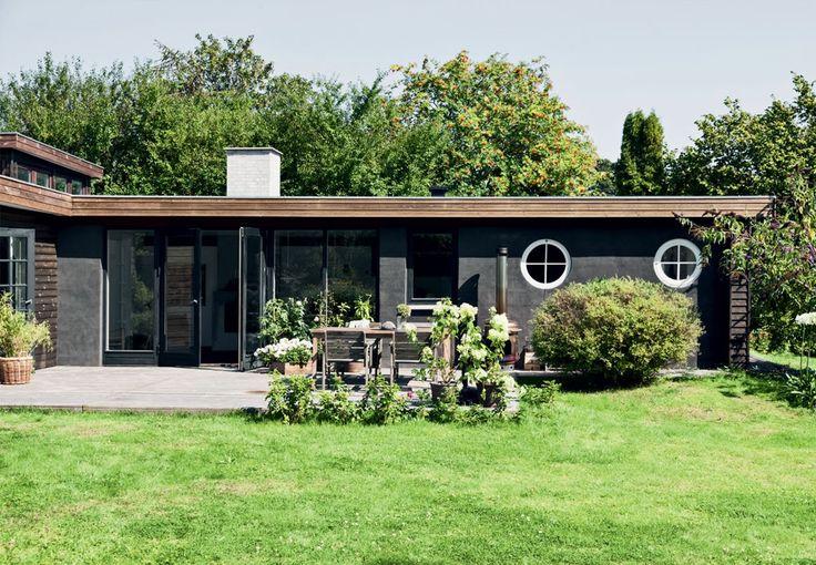 Mellem grønne træer og buske i Tisvilde ligger familien Sørensens charmerende sommerhus, hvor opskriften på sommerlykke er brætspil, gæster i haven og cykelture til stranden.