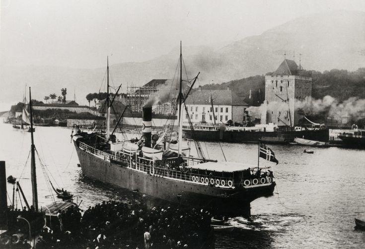 Skipet nærmest, er P.G. Halvorsens, DS NORGE, bygget i Rostock for Englandseilingene. Skipet har postflagg, noe som tyder den går i postførende rute. Skipet på Bradbenken er sannsynlig DS Orion, før en større ombygging i 1888/89.  Foto fra Stein Thowsens samling - Riksantikvaren.