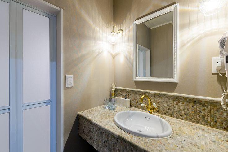 モザイクタイルで設えた造作洗面。|民泊|リフォーム|タイル|手洗い|洗面|