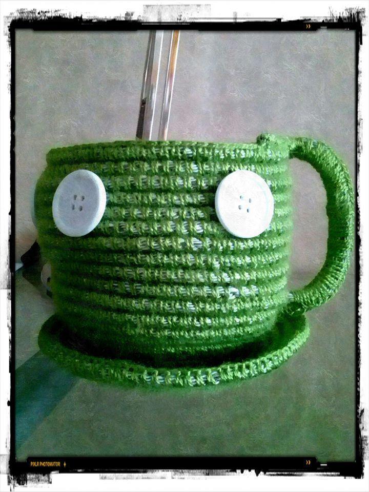 cesto con forma de taza y plato y botones al borde.