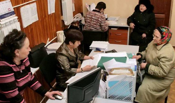 Подписанное распоряжение премьер-министром Дмитрием Медведевым означает, что теперь чиновники различных госорганов не будут требовать лишние справки у граждан, всей необходимой информацией они будут делиться между собой в автоматическом режиме.