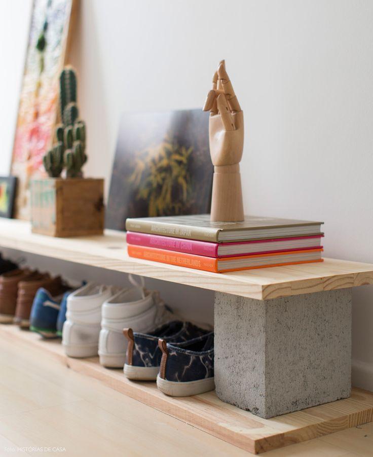 Blocos de concreto e tábuas de madeira pinus serviram como base para uma sapateira clean. Mais ideias em www.historiasdecasa.com.br #todacasatemumahistoria #minimalista #clean #scandinavian