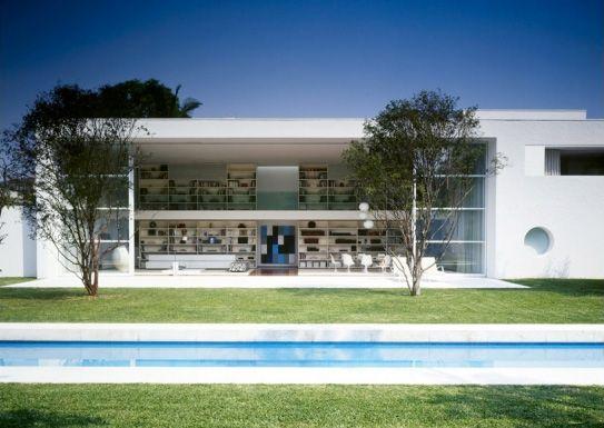 Designed by Marcio Kogan, Casa Gamma Issa is a modern house located in Saul Paulo, Brazil.