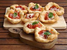 Le Pizzette alla montanara sono tipiche della tradizione napoletana, vengono chiamate anche pizzette di pasta cresciuta o pizzelle