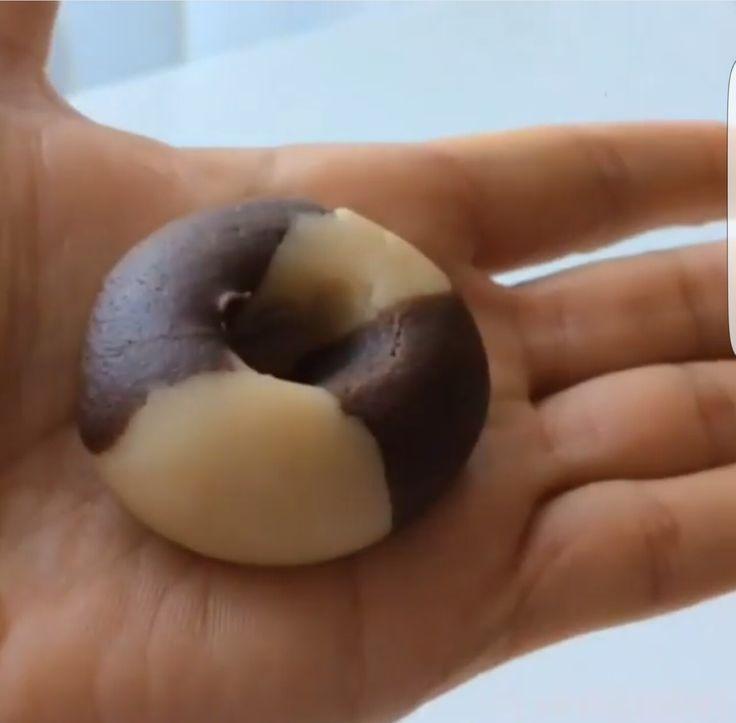 2 minik beyaz hamur ile 2 minik kakaolu hamuru bir siyah bir beyaz altta da bir siyah bir beyaz   (2×2lik kare) olacak şekilde yap ve bir büyük top yap. Ardından topun ortasına parmağınla bastır. Ortasına çikolata konulabilir.
