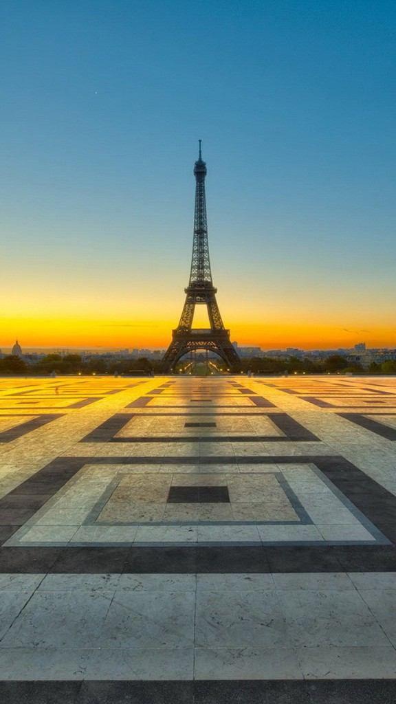 <パリのエッフェル塔の見所> 雨上がりだと逆さエッフェル塔が撮れる。シャイヨー宮 16区