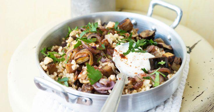Der libanesische Bulgur wird mit Aubergine und roten Zwiebeln zubereitet. Zimt und Kurkuma geben ihm orientalische Würze.