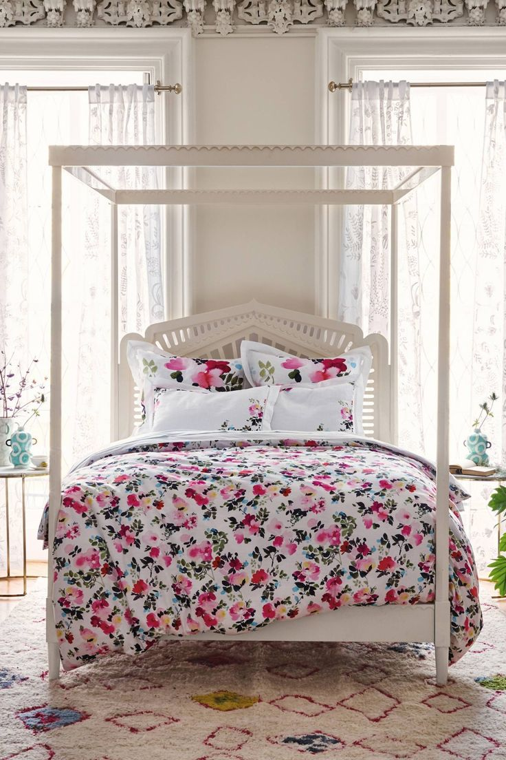 This four-poster piece is as elegant and feminine as the lacework fabrications it's meant to resemble.