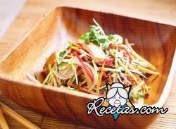 Wok de vegetales con salmón rosado