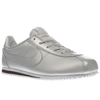 Nike Silver Cortez Se Girls Junior The legendary running profile is given a metallic overhaul as it arrives for kids. The Nike Cortez SE features a silver man-made upper, joined with tonal Swoosh branding and silver laces. A lightweigh http://www.MightGet.com/january-2017-13/nike-silver-cortez-se-girls-junior.asp