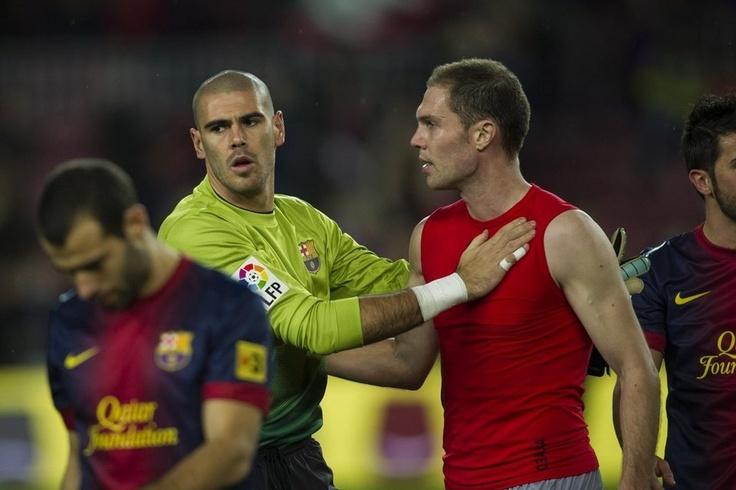 Valdés y Nano se saludan al final del partido. | FC Barcelona 5-1 Osasuna. [27.01.13]