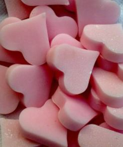 Hartzeepjes roze   Tips om zelf zeepkettingen te maken: http://www.jouwwoonidee.nl/zeepkettingen-maken/