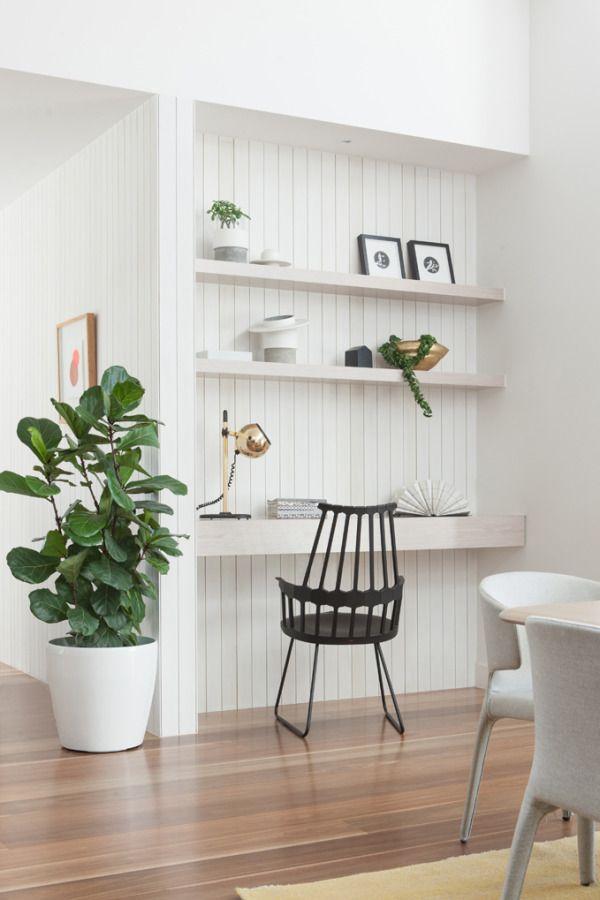 Una posibilidad para el hueco atras de los sillones area TV, dos o tres baldas delgadas y una mas gruesa (como escritorio ocasional)