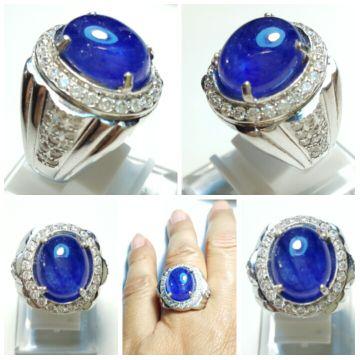 NATURAL ROYAL BLUE SAFIR Weight : 3.37crtDIM. (mm) : Shape : Oval CabochonColour : Royal Blue Origin : Africa ( est. )Ring : Perak 925 Tebal MicrosettingSize : 19-20Keterangan Batu :-Kondisi Batu Mulus-Tidak Sopel-Tidak Baret dipermukaan meja batu-Kristal dan warna bagus-Inclution/serat/tanda dalam batu itu wajar-Batu dijamin NATURAL atau ASLI 100% (apabila terbukti sintetik pada saat di LAB kan, uang kembali 100% tanpa ada biaya pemotongan)
