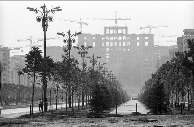 Daca v-a fost dor de cartierele pierdute în anii '80 din Bucuresti sau sunteti nostalgici dupa perioada anilor '90 din Capitala, fotograful Andrei Pandele ni le aminteste astazi prin cadre care surprind orasul acelor vremuri, pe toate fatetele lui.