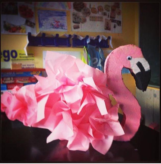 Flamingo in 3D. Gemaakt met karton. Schilderen en zijdepapier aan beide zijden.