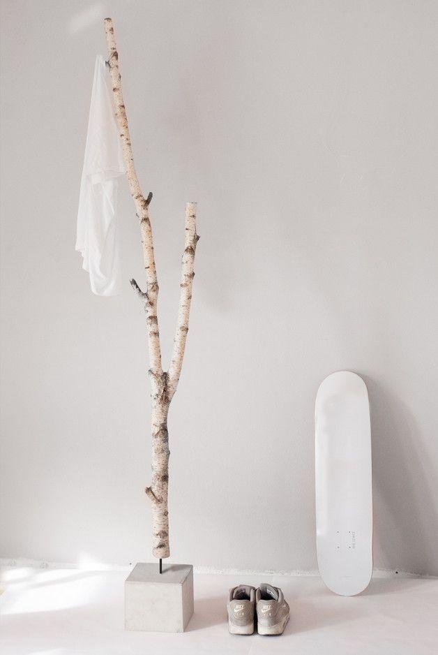 Interessanter Materialmix: 100% natürliche Birke und Beton, verbunden mit ein wenig Stahl. Die Astansätze und die Spitze nehmen Ihnen bequem Jacke, Schal und Tasche ab. Der massive, 10kg schwere Betonfuß sorgt für einen sicheren Stand. Die Garderobe / Kleiderständer werden von Hand gefertigt und sind deshalb von hoher Qualität. Das Holz wird einem Trocknungsverfahren unterzogen, um den Anforderungen im Wohnraum gerecht zu werden. Da jeder Baum etwas anders wächst, ist jedes Möbelstück ein…