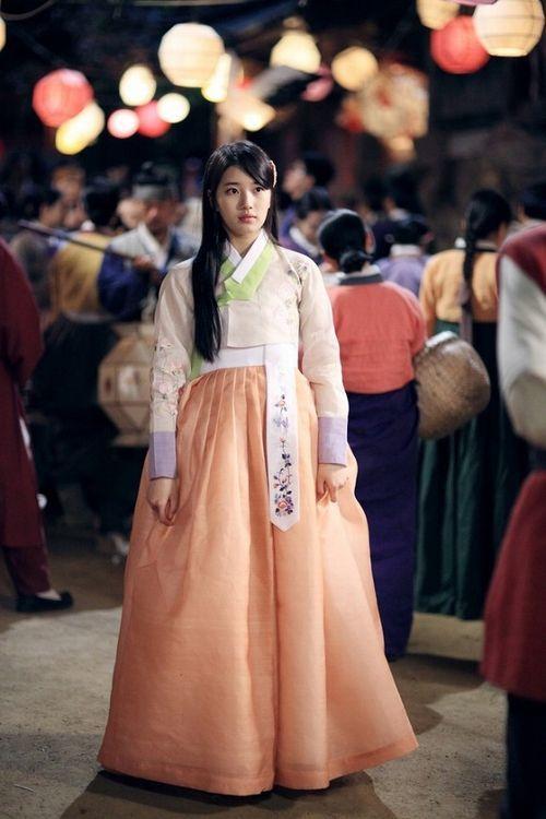 ペ・スジの作品 ドラマ『九家の書〜千年に一度の恋〜』きれいな色合いの民族衣装