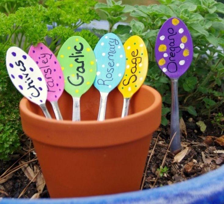 Elle plante des fourchettes de plastique dans son jardin, la raison est du pur génie! - Trucs et Astuces - Lesmaisons