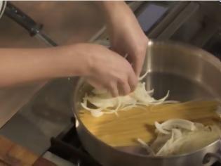 Βάζει τα Μακαρόνια στην Κατσαρόλα, και Προσθέτει Κρεμμύδι και… Το Τελικό Αποτέλεσμα; Εκπληκτικό! [video] Τα ζυμαρικά είναι μία από τις πιο γρήγορες, εύκολες και ευπροσάρμοστες συνταγές, που μπορούν να μαγειρευτούν με αμέτρητους τρόπους.