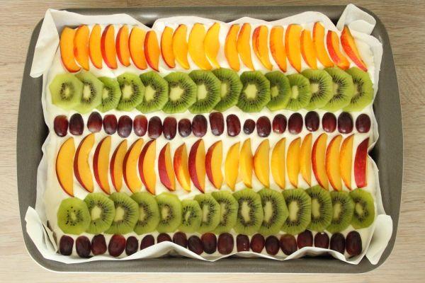 Kage med marengs og frugt