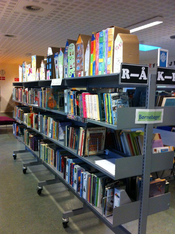 4. klasse arbejder med huse Udstilling på skolens bibliotek