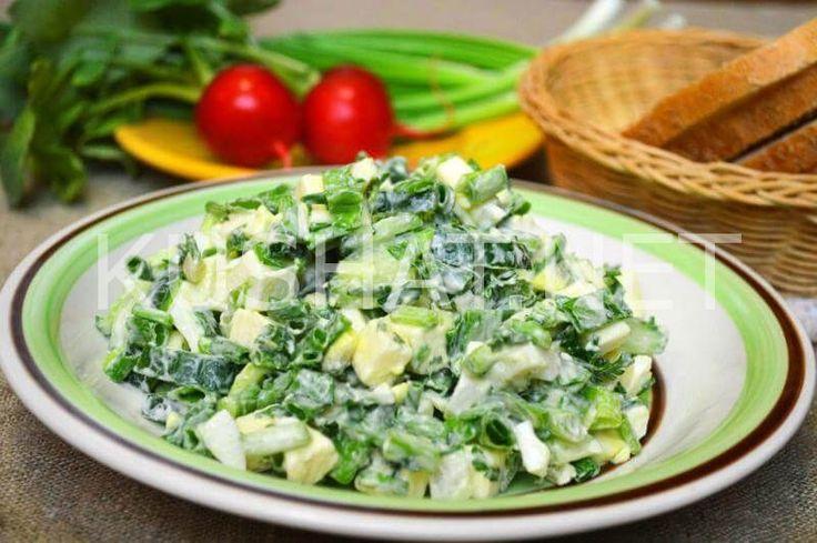 Салат из зеленого лука с яйцами, огурцами и плавленым сыром