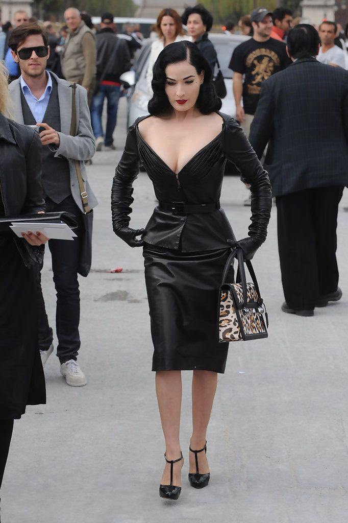 Dita Von Teese Photos Photos - Dita Von Teese arrives at the Christian Dior Pret a Porter show as part of the Paris Womenswear Fashion Week Spring/Summer 2010 on October 2, 2009 in Paris, France - Christian Dior - Paris Fashion Week Spring/Summer 2010 - Arrivals