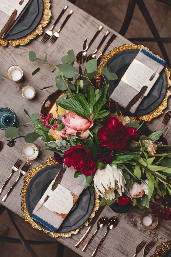 Vajilla octagonal en gris con dorado. The Stave Room at American Spirit Works Wedding. Lila Wilson Weddings. Willett Photography. Juli Vaughn Designs.