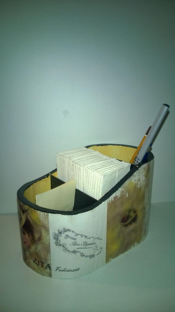 Személyre szóló tároló névjegyeknek, tollaknak, papírzsebkendőknek.