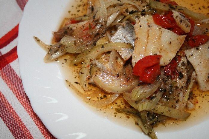 Mam smak na… Śledzia w oleju, z cebulką, korniszonem, papryką pieczoną i przyprawami. Mój mąż uwielbia śledzie i potrawy pikantne, więc postanowiłam dodać do śledzi ostrą paprykę hiszpańską wędzoną...