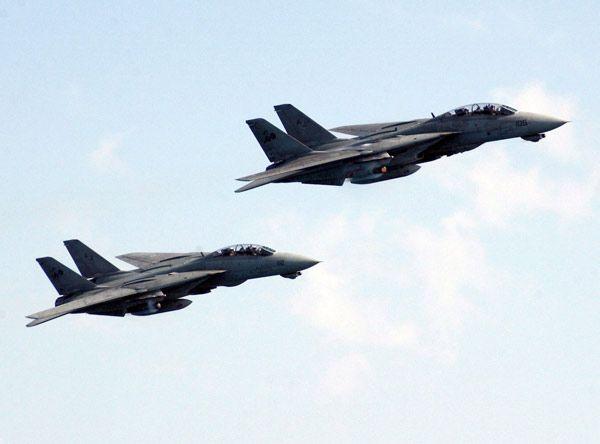 原子力空母セオドア・ルーズベルトから発艦後、母艦近くを高速で旋回するF14D=2006年1月12日【EPA=時事】