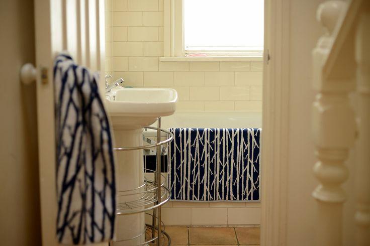 オリジナル バスマット、厚みはあるけど他の洗濯物と一緒に洗い干しても、大体は同じスピードで乾くキワキワの厚みを狙ってます。畳んでしまった時のことも考え、サイズはhouse towelミニバスの半分。バスマットはこれでいいんじゃ?と思っています。