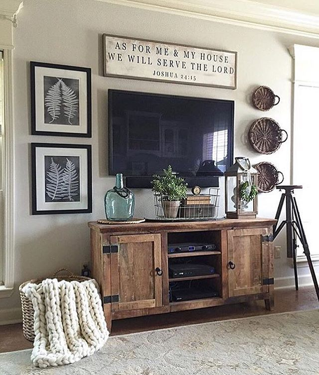 Decorating around the TV isn't the easiest of design tasks but Alicia @ourvintagenest totally nailed it! The wall around her entertainment center is farmhouse perfection! And Alicia herself is just as amazing as her interiors - I got the chance to meet her at @havenconf over the weekend and she's a total sweetheart. Definitely a must-follow on IG!!