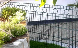 Schmuckzaun Typ Rom. Ein zeitlos eleganter Zierzaun aus hochwertigem, feuerverzinktem Doppelstabgitter mit  kreisrunden Ornamenten im obersten Segment.