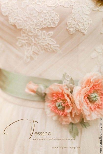 По мотивам `Кружевное свадебное` платье на заказ.. Работа выполнены по мотивам ранее созданного платья. Это платье для Галины, уехало в город Псков.  Относительно изначального варианта несколько изменена длина лифа, пышность юбки, цвет пояса и вид шелковых цветов на поясе.