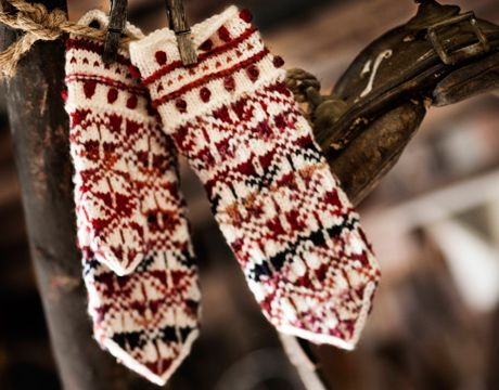 Finnish mitts (women/men). Yarn: Linie 157 Tessa + Linie 7 Supersocke 6-fach wintercolor (color). In Finnish.