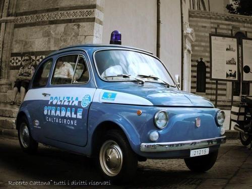 Voiture de police...Fiat 500 . Ça ça doit ficher les miquettes aux méchants !
