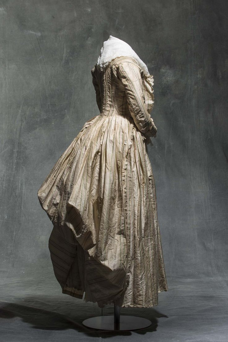 Dress (robe à l'anglaise), 1780-1785, striped silk taffeta. © Jean Tholance, Les arts Décoratifs, Paris, collection UFAC. All rights reserved.