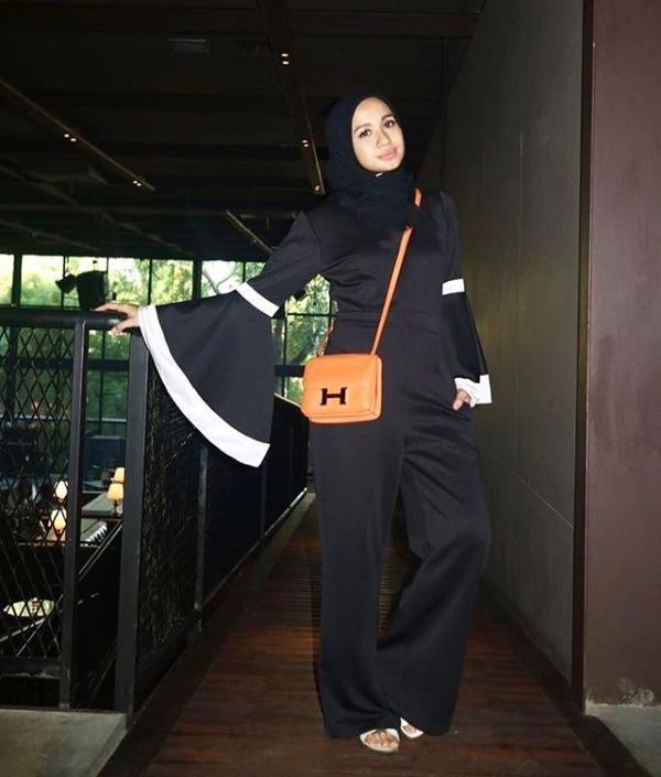Hijab hitam adalah warna dasar yang cocok dipadukan dengan pakaian warna dan moti ...