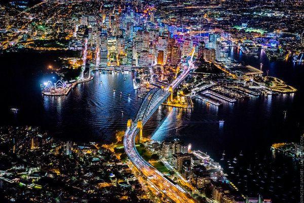 La magnificenza delle metropoli illuminate nella notte e fotografate dallalto