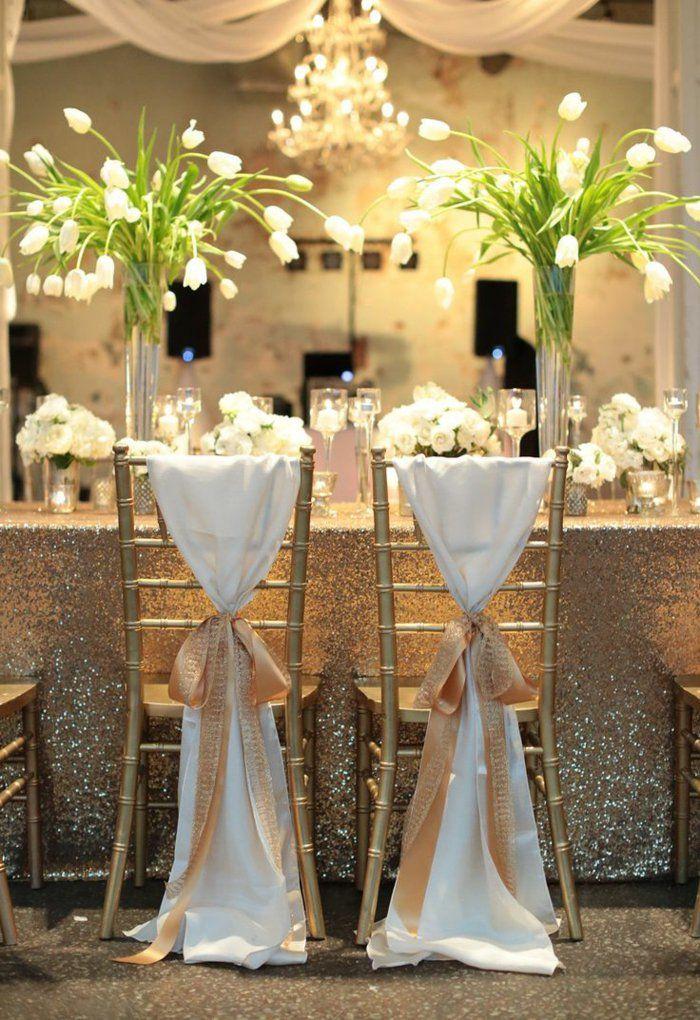 comment décorer les chaises de mariage avec un ruban élégant et fleurs sur la table de mariage