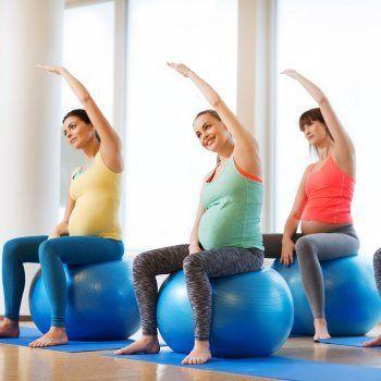 Guía en imágenes de ejercicios con pelota para embarazadas. La gimnasia prenatal con ejercicios sobre una pelota de fitball fortalecen los músculos de la espalda y el abdomen sin causar daño a la pelvis, a las rodillas, así como otras partes muy vulnerables durante el embarazo. Guiainfantil.com te ofrece algunos ejemplos de ejercicios con pelota para embarazadas.                                googletag.cmd.push(function() { var slot_1 = googletag.defineSlot('/100981...